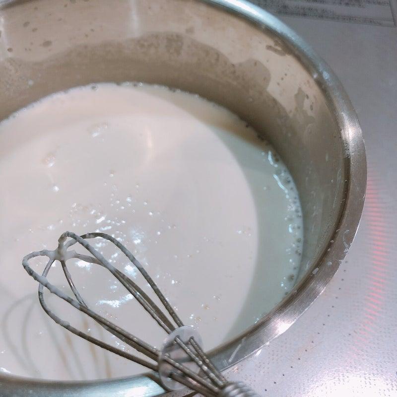 酒粕のアイスを作る過程で牛乳にグラニュー糖を入れる
